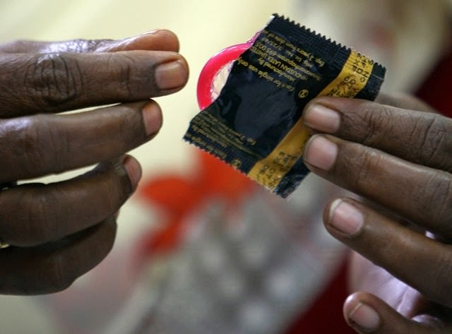 Selon le ministre zimbabwéen de la Santé, les préservatifs importés de Chine sont « trop petits »