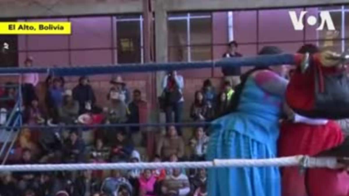 Les lutteuses en jupes prennent la Bolivie à l'assaut