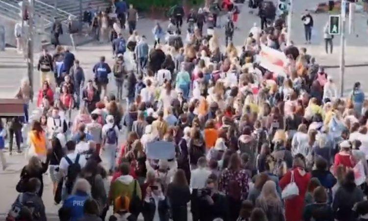 Biélorussie : arrestations des femmes qui manifestent contre les violences policières et la fraude électorale