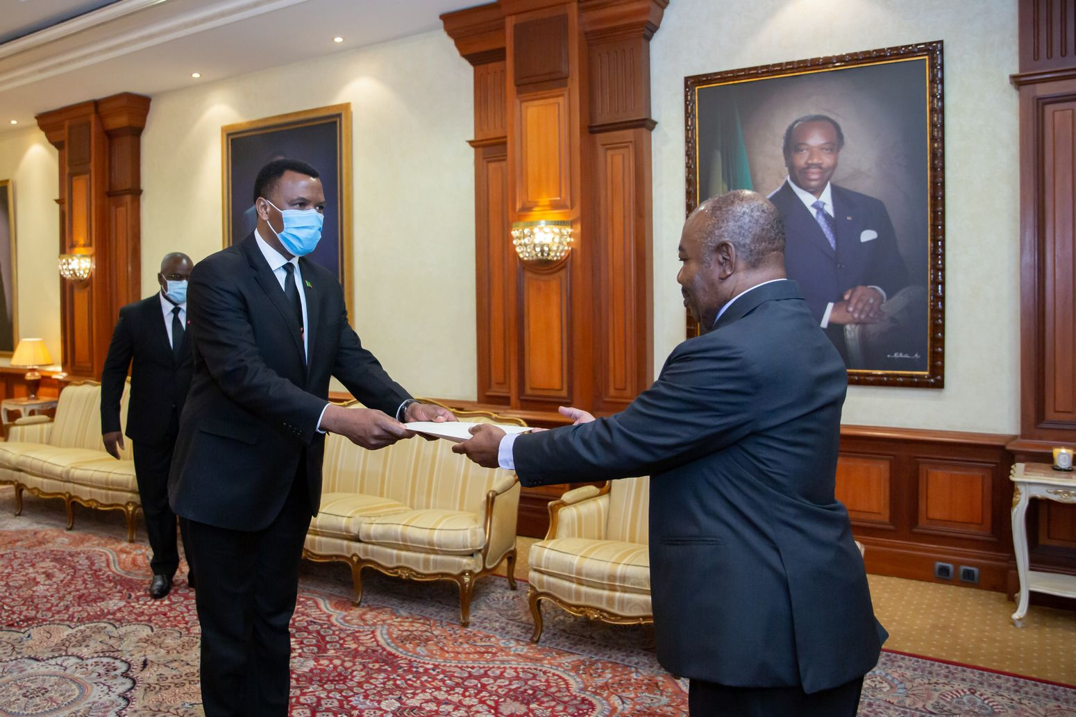 S.E Ali Bongo Ondimba reçoit les Lettres de créances de trois nouveaux ambassadeurs accrédité au Gabon.