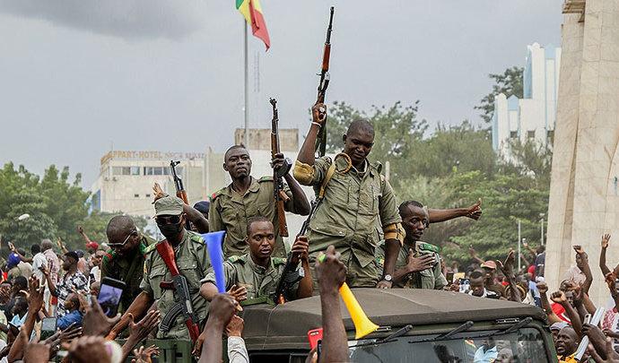 Mali: la contestation grandit contre l'emprise des militaires sur la transition
