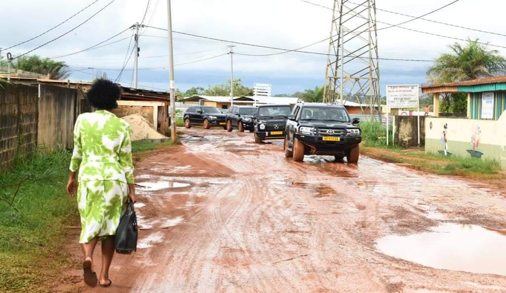 Gabon | Ali Bongo Ondimba | Sortie grotesque dans les rues défoncées de la capitale : une maladroite tentative de redorer son blason.