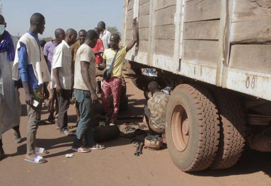 Dégradation des routes : Le ministre des Transports et des Infrastructures invite les chauffeurs de gros porteurs au civisme