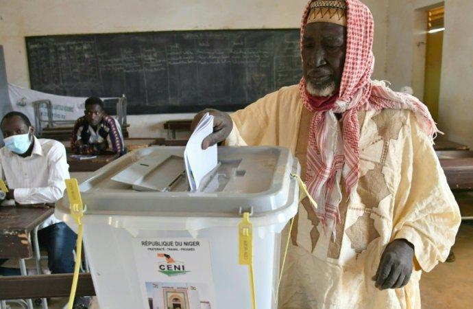 Le Niger élit son président pour une transition pacifique inédite